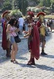 Roman Centurions en Colosseum en Roma Imágenes de archivo libres de regalías