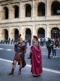 Roman Centurions, op Piazza del Colosseo stock fotografie