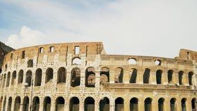 Roman Coliseum antico anziano a Roma, Italia Giorno pieno di sole nessuno 4K video d archivio