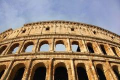 Roman Coliseum antiguo en una mañana brillante del verano imagen de archivo