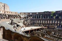 Roman Coliseum från inre, folk som håller ögonen på och besöker detta stora symbol av forntida arkitektur Royaltyfri Foto