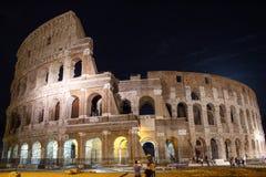 Roman Coliseum si è illuminato alla notte Fotografie Stock