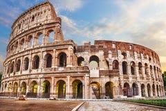 Roman Coliseum sotto le nuvole, vista di estate senza la gente immagini stock