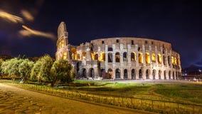 Roman Colosseum Coliseum på natt, en av den huvudsakliga loppattren Arkivfoto