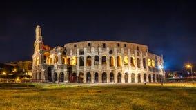 Roman Colosseum Coliseum på natt, en av den huvudsakliga loppattren Royaltyfria Bilder