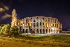 Roman Colosseum Coliseum på natt, en av den huvudsakliga loppattren Arkivbild