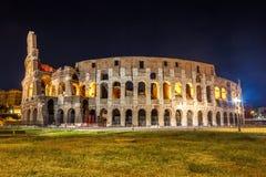 Roman Colosseum Coliseum på natt, en av den huvudsakliga loppattren Royaltyfri Foto