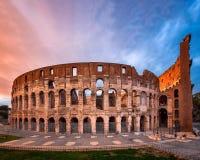 Roman Colosseum Flavian Amphitheatre na noite, Roma, AIE imagens de stock royalty free