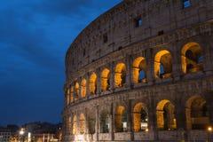 Roman Colosseum ou coliseu no crepúsculo em Roma, Itália Fotografia de Stock Royalty Free