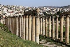 Roman Columns binnen in de Jordanian stad van Jerash (Gerasa van Antiquiteit), Jordanië Stock Afbeelding