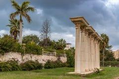Roman Columns en jardín fotos de archivo libres de regalías