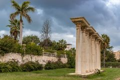 Roman Columns in Tuin royalty-vrije stock foto's