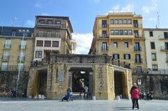 Roman Door That Gives Access till den gamla staden av San Sebastian From The Port Arkitekturloppnatur arkivfoto