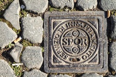 Roman Drain Cover mit SPQE Lizenzfreies Stockfoto