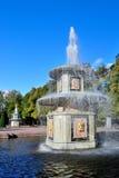 Roman fonteinen en een regenboog. Peterhof royalty-vrije stock foto