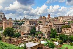 roman fora fördärvar Tempel av Antoninus och Faustina, basilika av Santi Cosma e Damiano och andra rome italy arkivbild