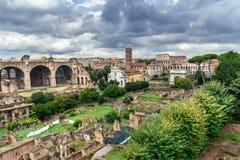 roman fora fördärvar Tempel av Antoninus och Faustina, basilika av Santi Cosma e Damiano och andra rome italy royaltyfria bilder