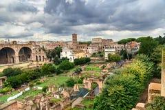 roman fora fördärvar Tempel av Antoninus och Faustina, basilika av Santi Cosma e Damiano och andra rome italy arkivbilder