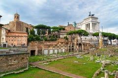 roman fora fördärvar Tempel av Antoninus och Faustina och romerska kolonner rome italy royaltyfri fotografi