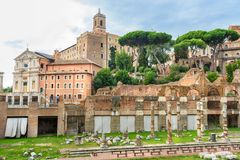 roman fora fördärvar Tempel av Antoninus och Faustina och romerska kolonner rome italy arkivfoton