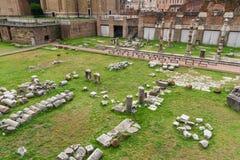 roman fora fördärvar Tempel av Antoninus och Faustina och romerska kolonner rome italy royaltyfri bild