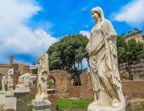 Roman Forum antigo - casa das virgens de Vestal foto de stock