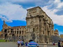 Roman Forum - båge av Constantine & Colosseum Royaltyfria Bilder
