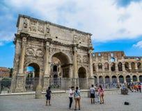 Roman Forum - båge av Constantine & Colosseum Royaltyfri Foto
