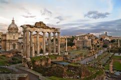 Roman Forum bij zonsondergang stock foto's