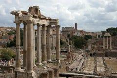 Roman Forum Colosseum im Hintergrund Stockfotos