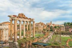 Roman Forum de surpresa e grande Colosseum (coliseu, Colosseo) Fotos de Stock Royalty Free