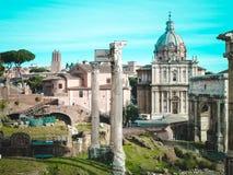 Roman Forum, in der Mitte - Spalten des Tempels Saturn, Santi Luca e Martino Lizenzfreie Stockbilder