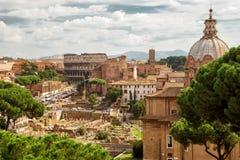 Roman Forum en Coliseum in de afstand in Rome royalty-vrije stock foto's