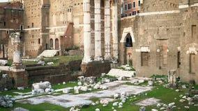 Roman Forum a entouré par des ruines de plusieurs bâtiments antiques de gouvernement au centre de la ville de Rome, Italie banque de vidéos
