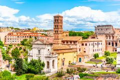 Roman Forum, f?rum latino Romanum, a maioria de cenre importante em Roma antiga, It?lia Vista a?rea do monte de Palatine fotos de stock royalty free