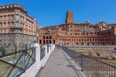 Roman Forum Fori imperiali och Casadeicavalieri di Rodi royaltyfri bild