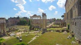 Roman Forum frilufts- museum, härliga moln som flyger ovanför antik stad stock video