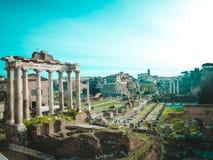 Roman Forum, in het centrum - kolommen van Tempel Saturn Royalty-vrije Stock Afbeeldingen