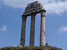 Roman Forum-kolommen in wolken stock fotografie