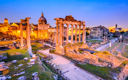 Roman Forum la nuit, Rome en Italie Photographie stock libre de droits