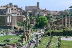 Roman Forum met Colosseum op de achtergrond, Rome, Ita stock foto's