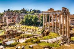 Roman Forum met de Tempel van Saturn stock afbeelding
