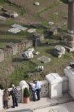 Roman Forum och den viktorianska terrassen i Rome kyssa för par Royaltyfria Foton