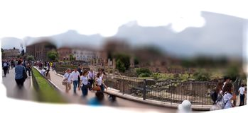 Roman Forum Roma, visitou pelos turistas entusiásticos sobre a sensação de tocar lugares imagens de stock