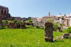 Roman Forum, Rome, Italie avec le ciel bleu images stock