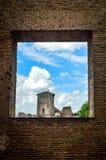 Roman Forum som ses till och med tegelstenfönster Arkivbilder