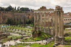 Roman Forum und der Tempel von Saturn lizenzfreie stockfotos