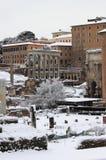 Roman Forum under insnöade Rome arkivfoton