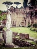 Roman Forum - Vestaloskulder royaltyfria bilder