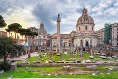 Roman Forum y basílica Ulpia, en Roma, Italia fotos de archivo